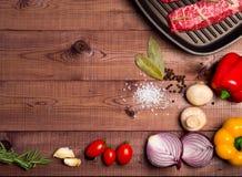 Carne cruda en una cacerola en tableros marrones Especias próximas, condimentos imagen de archivo