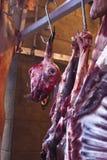 Carne cruda en una carnicería en el mercado Foto de archivo libre de regalías