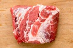 Carne cruda fresca su un tagliere Fotografia Stock Libera da Diritti