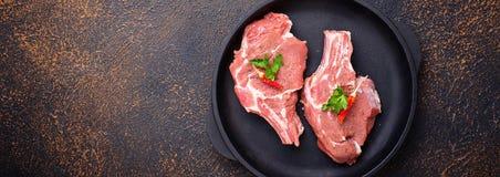 Carne cruda in pentola del ghisa fotografia stock