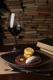 Carne cruda pequeños pedazos con la cebolla, perejil, huevo, salsa de tártaro, patatas fritas en una placa negra imagen de archivo libre de regalías
