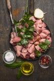 Carne cruda per la preparazione del goulash con petrolio ed erbe e spezie fresche su fondo di legno rustico immagini stock libere da diritti