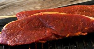 Carne cruda sesgada en la bandeja almacen de video