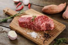 Carne cruda sul legno fotografie stock