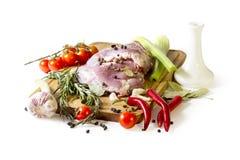 Carne cruda, verdure, bordo Fotografie Stock Libere da Diritti