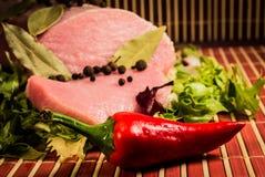 Carne cruda y pimienta cortadas Fotografía de archivo