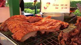 Carne curruscante frita de las costillas de cerdo en el mercado nativo de Tailandia Comida tailandesa nativa de la cocina con la  metrajes
