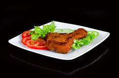 A carne da galinha fritou no panada com legumes frescos Fundo preto Fotografia de Stock Royalty Free