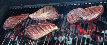 Carne da carne na grade Carvões ardentes fotos de stock