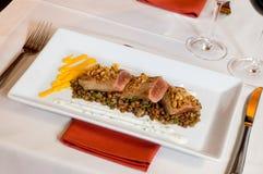 Carne da placa do gourmet com lentilha Imagens de Stock