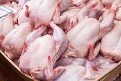 Carne das aves domésticas pronta à venda no mercado Foto de Stock Royalty Free