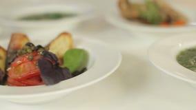 Carne de aves de corral con las verduras, cuscurrones con las alcaparras y tomates y sopa verde de la ortiga Almuerzo delicioso d almacen de video