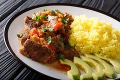 Carne de cabra de seco de chivo del ecuatoriano con un adorno del arroz amarillo Imagen de archivo libre de regalías