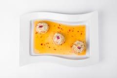 Carne de cangrejo en volovanah con la salsa en la placa blanca Imagen de archivo