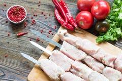 Carne de carne de porco crua, fazendo o no espeto Espetos prontos para grelhar Imagens de Stock Royalty Free