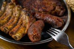 Carne de carne de porco grelhada em uma bandeja Imagem de Stock Royalty Free
