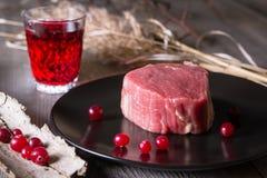 Carne de caza fresca en una tabla de madera Imágenes de archivo libres de regalías