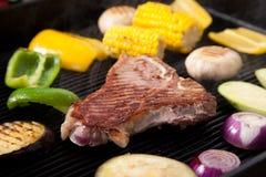 Carne de cerdo asada a la parrilla con las verduras Imagen de archivo libre de regalías