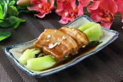 Carne de cerdo cocida con la col en la placa en restaurante Fotografía de archivo libre de regalías