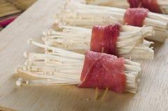 Carne de cerdo con las setas en la tabla de madera imágenes de archivo libres de regalías