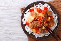 Carne de cerdo en salsa agridulce con la opinión superior de los tallarines de arroz Fotos de archivo libres de regalías