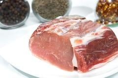 Carne de cerdo fresca en la placa blanca. Imagen de archivo