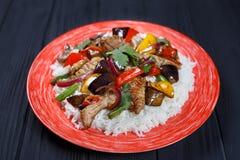 Carne de cerdo picante sabrosa del sofrito con arroz y verduras asadas, imagen de archivo