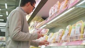 Carne de compra da galinha do homem no mantimento vídeos de arquivo