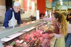 Carne de compra do carniceiro Fotos de Stock Royalty Free