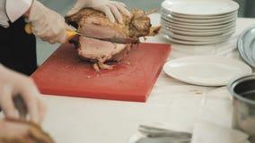 Carne de Cutting Baked Lamb del cocinero almacen de metraje de vídeo
