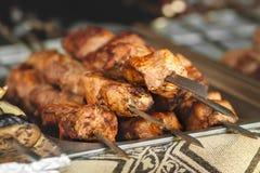 carne de la carne asada en los pinchos en el fuego abierto Foto de archivo libre de regalías