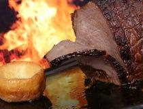 Carne de la carne asada del inglés por el fuego con las llamas Imagen de archivo libre de regalías