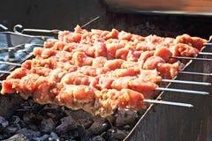 carne de la carne asada en los pinchos en el fuego abierto Imagenes de archivo