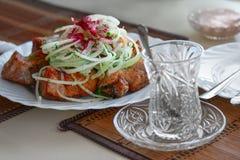 carne de la carne asada en los pinchos en el fuego abierto Carne asada a la parrilla turco en la placa Imagen de archivo