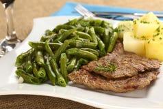 Carne de la carne de vaca con las habas verdes y las patatas Imágenes de archivo libres de regalías