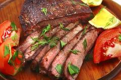 Carne de la carne de vaca de carne asada con el tomate Imágenes de archivo libres de regalías
