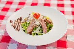 Carne de la ensalada verde y de la carne asada Imagen de archivo