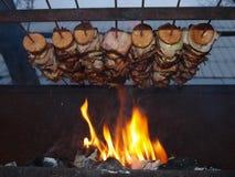 Carne de la parrilla en el fuego Imágenes de archivo libres de regalías
