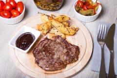 Carne de mármore com batatas, tomates e pepperoni imagens de stock royalty free
