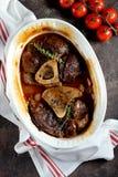 Carne de Ossobuko com cebolas, cenouras, aipo, vinho branco e tomilho Foto de Stock Royalty Free