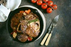 Carne de Ossobuko com cebolas, cenouras, aipo, vinho branco e tomilho Imagens de Stock Royalty Free