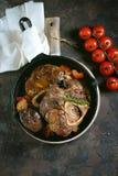 Carne de Ossobuko com cebolas, cenouras, aipo, vinho branco e tomilho Fotografia de Stock Royalty Free
