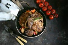Carne de Ossobuko com cebolas, cenouras, aipo, vinho branco e tomilho Fotos de Stock Royalty Free