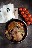 Carne de Ossobuko com cebolas, cenouras, aipo, vinho branco e tomilho Imagem de Stock