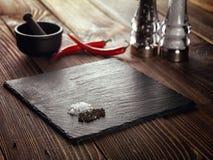 Carne de pedra do suporte na tabela Imagens de Stock Royalty Free