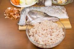 Carne de peixes e pele do pique com a cabeça imagem de stock