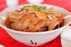 Carne de porco assada no prato branco grande Foto de Stock