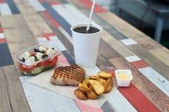 Carne de porco, batatas, salada e limonada grelhadas Fotografia de Stock