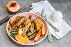 Carne de carne de porco com pêssego imagens de stock