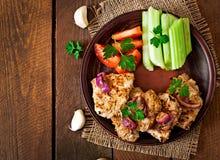 Carne de porco cortada grelhada com vegetais Fotos de Stock Royalty Free